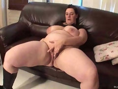 Fat mature fingers her wet pussy