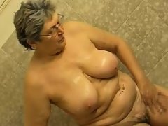 Granny masturbate herself with a toy..